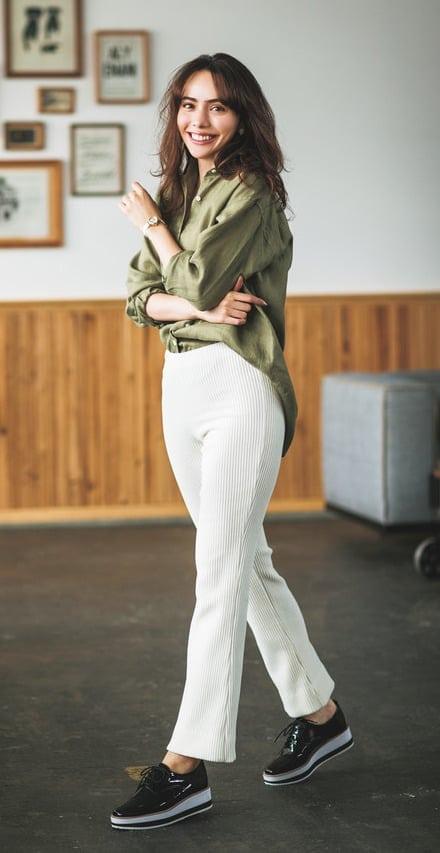 定番の白パンツは、冬らしいリブ