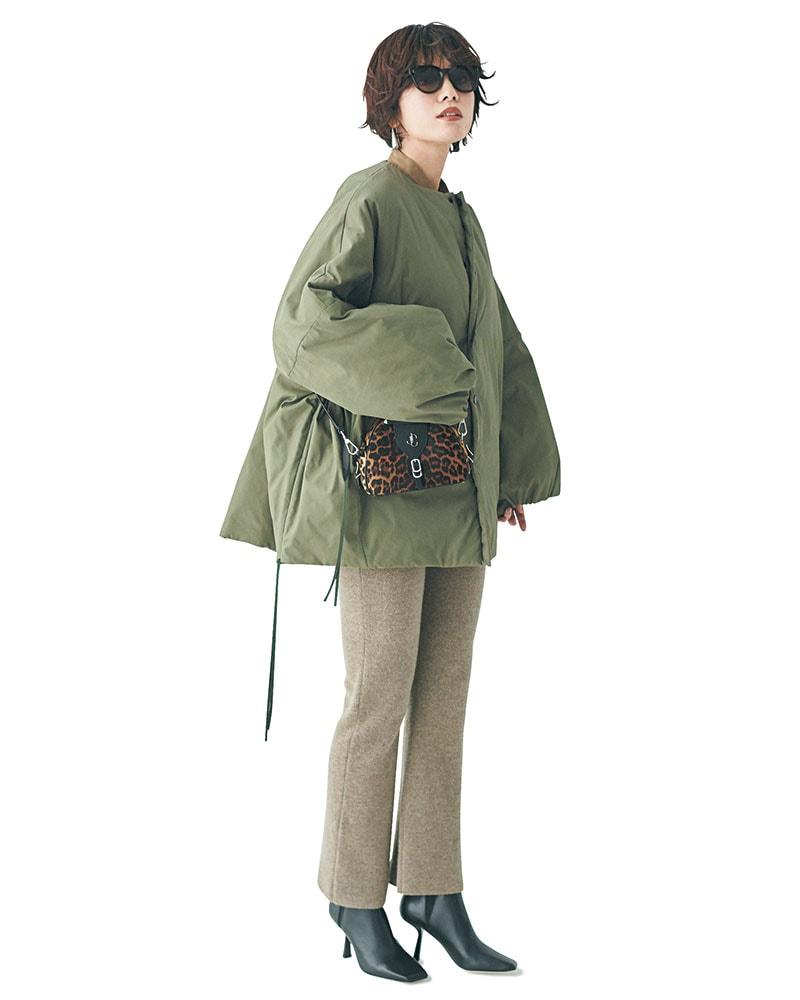 旬のビッグフォルムとキレイめフレアのバランス感が◎ 1枚でオシャレ度が高まるミリタリー調のビッグジャケット。ボリューム感のあるアウターを着る日は、膝周りがスッキリ見えるフレアシルエットがバランスよし。パンツ¥40,000(ドゥーズィエム クラス/ミューズ ドゥ ドゥーズィエム クラス表参道店)ジャケット¥62,000(ハイク/ボウルズ)シャツ¥26,000(ティッカ)バッグ¥194,000ブーツ¥125,000(ともにJIMMY CHOO)サングラス¥32,000(アイヴァン/アイヴァンPR)ピアス¥38,000(ReFaire/UTS PR)