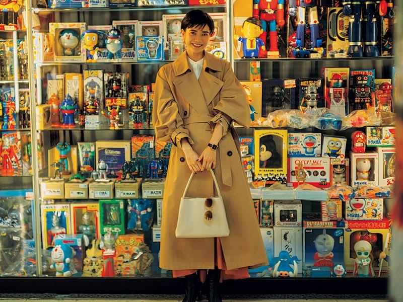 なんでも「ゆるっと」がブームの今、正装のようなきちんと感が新鮮 ボリューム袖のフェミニンなデザインのトレンチコートは、「正しく着る」という感覚が気持ちいいい。ちゃんと立つ大きなカラー、袖のベルトなど、かっちりとしたディテールが今、新鮮です。コート¥74,000(ミニッツ/ビショップ)シャツ¥4,900(ベイフロー/アダストリア)スカート¥23,000(デミルクス ビームス/デミルクス ビームス新宿)バッグ¥53,000(MODERN WEAVING/ショールーム セッション)ブーツ¥49,000(ロランス/ザ・グランドインク)タイツ¥1,200(マッキン トッシュ フィロソフィー/福助)サングラス¥2,273(FLEX)時計¥12,900(クルース/ヒロブ ルミネ新宿店)