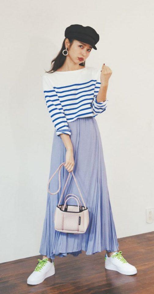 女っぽいフレアスカートは、寒色