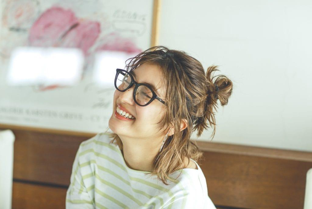 黒縁メガネのトレンドは、大きめ