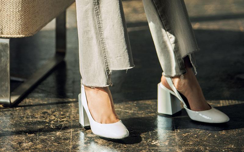トレンドのデニムと「相性が悪くない靴」2つの選び方