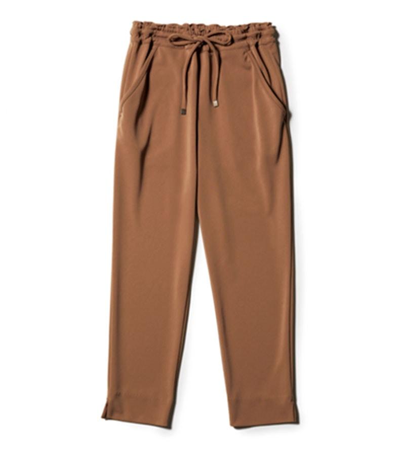 【L】キレイめパンツ 座ったままの動作が楽なドロストパンツ。裾のスリットが今っぽくて、むくんでも辛くないのがいい。¥24,200(ロウタス/ロウタス カスタマーサービス)